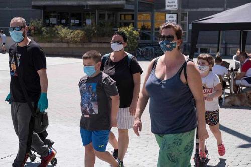 L'ús de la mascareta a la via pública és obligatori a partir d'avui encara que es mantingui la distància de seguretat
