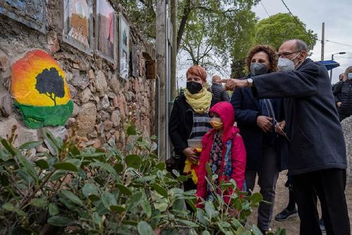Amics de Santiga homenatja el poeta Jordi Pàmias i planta un lledoner a la Festa de l'Arbre