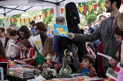 Llibres i roses per celebrar Sant Jordi en tornar de la Setmana Santa