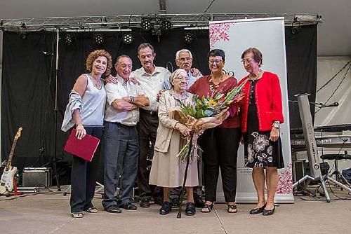 Mariana Pérez rep l'homenatge de Santa Perpètua durant la 79ena Festa de la Gent Gran