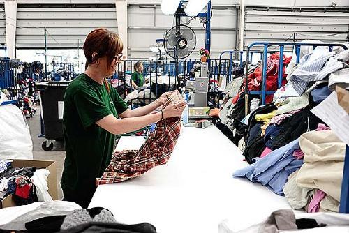 Humana recull gairebé una vintena de tones de roba usada al municipi durant el primer semestre de l'any
