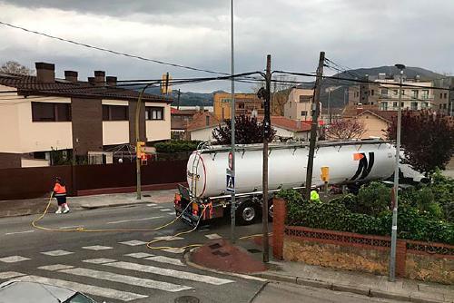 Mogoda Serveis desinfecta amb un camió cisterna de 26.000 litres gairebé tot el perímetre del municipi