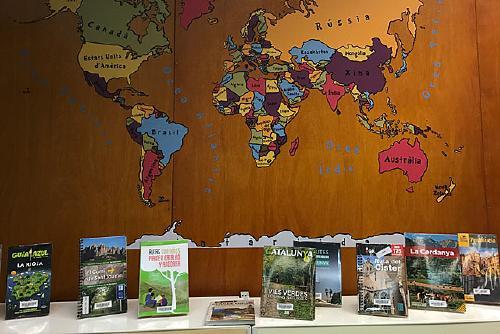 La Biblioteca Municipal renova el fons de guies de viatge