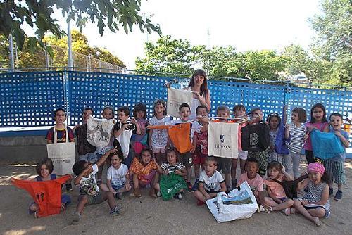 L'alumnat de P4 de l'Escola Els Aigüerols demana reduir el consum de bosses de plàstic