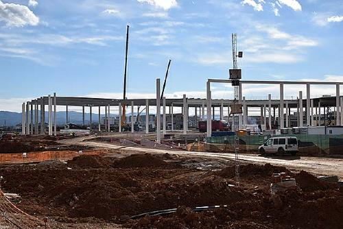 Entitats veïnals del Vallès demanen paralitzar les obres del centre logístic d'Amazon a Barberà