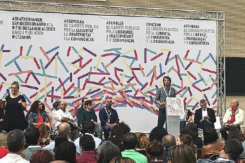 Isabel Garcia signa el manifest per la llibertat, la fraternitat i la convivència a l'assemblea de Saragossa