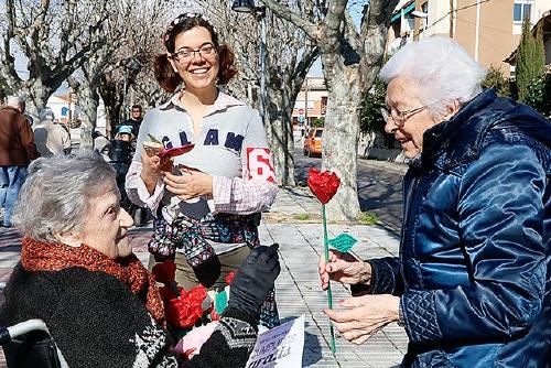 Usuaris de la residència El Jardí regalen aquest Sant Valentí compliments i roses al veïnat