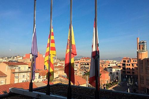Les banderes de l'Ajuntament onegen a mig pal en homenatge a Lluís Companys