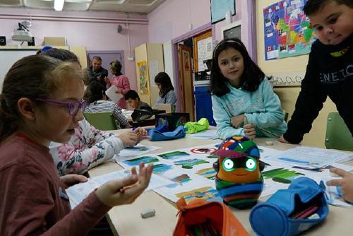 L'Escola Bernat de Mogoda, amb el suport de l'AMPA, incorpora 'bee bots' a les aules