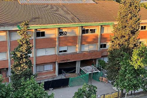 La reparació de la cornisa de l'Escola Bernat de Mogoda començarà en breu