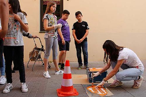 Alumnat de l'Escola Tabor comença a pintar la primera xarxa de camí escolar