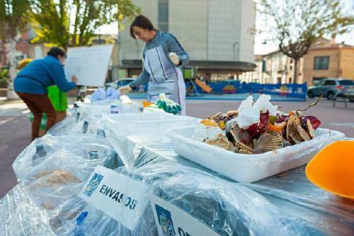 Una activitat en el marc de la setmana de prevenció dels residus mostra els impropis al rebuig