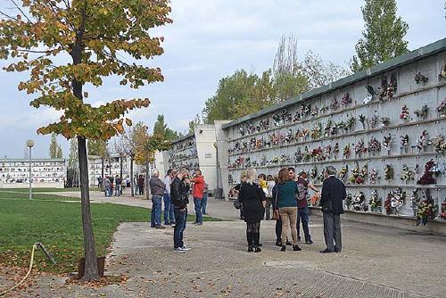 El perpetuencs mantenen la tradició de visitar el cementiri per Tots Sants
