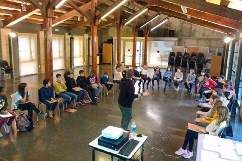 Els membres del CIM mostren activitats no tecnològiques als infants locals