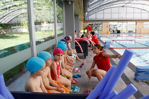 Més d'un miler de persones han participat als cursets de natació de la Regidoria d'Esports