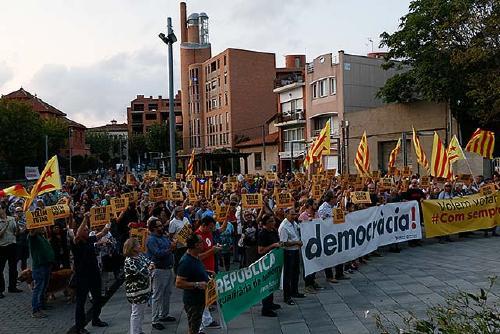 Centenars de persones reclamen a l'Ajuntament que cedeixi espais per votar al referèndum