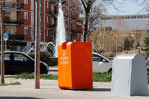 S'instal·len quatre nous contenidors taronges de reciclatge d'oli usat