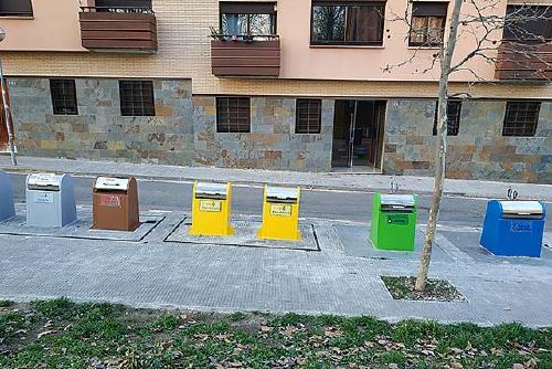 L'Ajuntament identifica els contenidors soterrats amb els colors del reciclatge