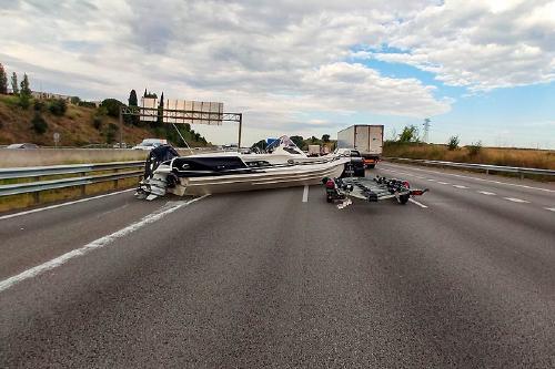 La caiguda d'una embarcació a l'AP-7, a Santa Perpètua, provoca importants retencions