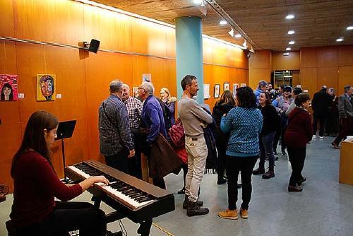 Una vintena d'obres s'exposen a la mostra col·lectiva de pintura i fotografia de Nadal