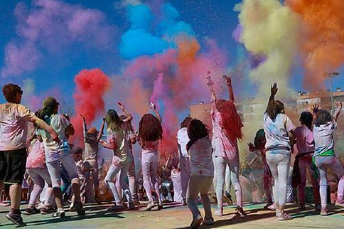 Arts Humanes organitza diumenge la cinquena edició de la Festa Holi al Recinte Firal