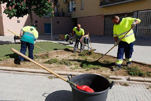 Disset persones contractades a través del programa Treball als barris