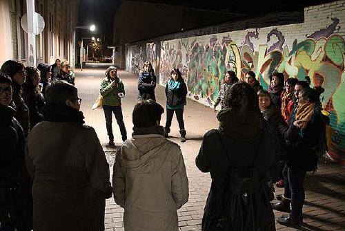 Una vintena de dones comprova si el disseny dels carrers dona seguretat