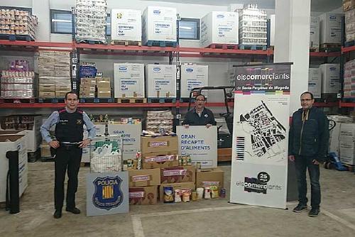 Els Mossos d'Esquadra i Els Comerciants lliuren 300 quilos d'aliments al Gran Recapte