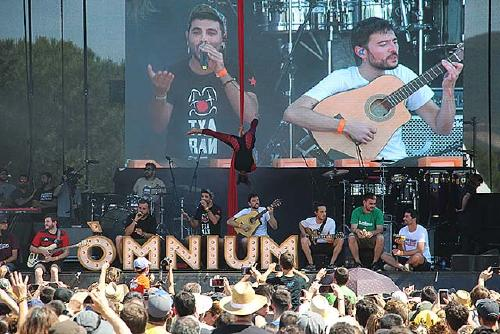El festival 'Cultura contra la repressió' d'Òmnium reuneix milers de persones al parc de la Ribera