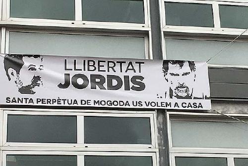 L'Ajuntament despenja les pancartes que demanen l'alliberament dels presidents d'Òmnium i de l'ANC