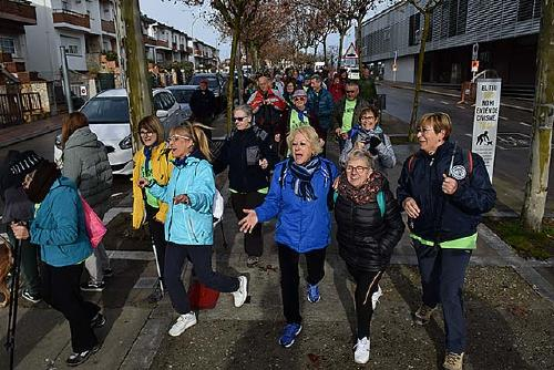 Més d'un centenar de persones participen en la passejada del cicle 'A cent cap als cent'