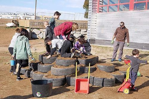 L'Escola Santa Perpètua millora el pati amb nous elements d'esbarjo