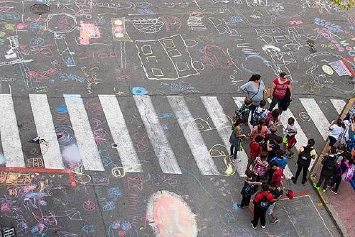 Els escolars pinten la plaça Nova en el Dia Mundial sense cotxes