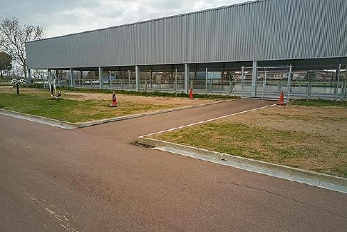 La pista poliesportiva estrena un camí asfaltat i accessible