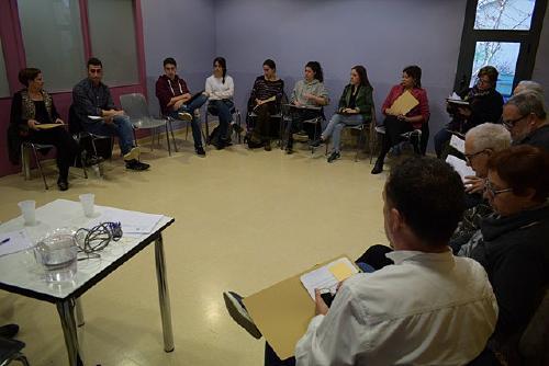 Una vintena de persones debaten sobre el nou Pla Local Director de Cooperació