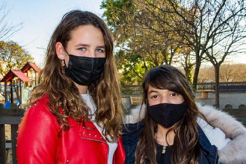 Dues nenes fan bijuteria per a la investigació del càncer