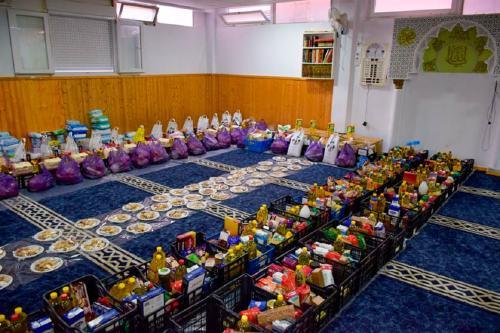 La comunitat musulmana dona aliments a més de 190 persones durant el mes del Ramadà