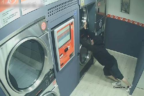 Detingut un jove per robatoris a bugaderies d'autoservei de Barcelona i Santa Perpètua