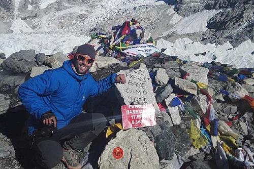 El perpetuenc Roger Cañellas culmina l'ascensió a l'Island Peak a l'Himàlaia