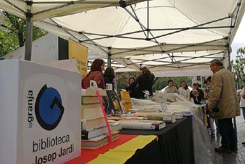 Gairebé una quarantena de comerços, entitats i partits polítics participen a la diada de Sant Jordi
