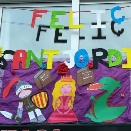 Balcó engalanat per la diada de Sant Jordi.