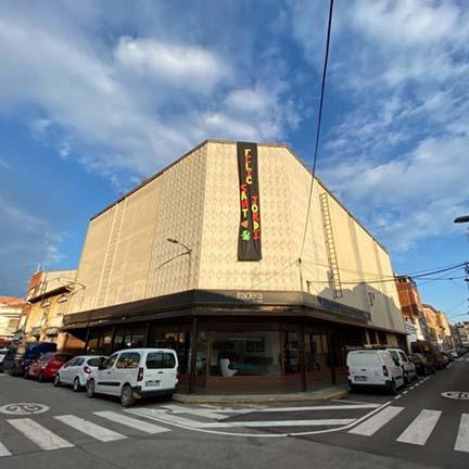 Mobles Fradera ha decorat la seva façana per desitjar un bon Sant Jordi.