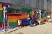 Famílies i professorat pinten la façana de l'edifici d'Els Aigüerols