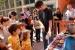 Els infants gaudeixen del taller de construcció de fletxes durant les Jornades del Patrimoni