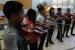 Una cinquantena d'alumnes de l'Escola Bernat de Mogoda, participants del projecte Corda't, ofereixen un concert